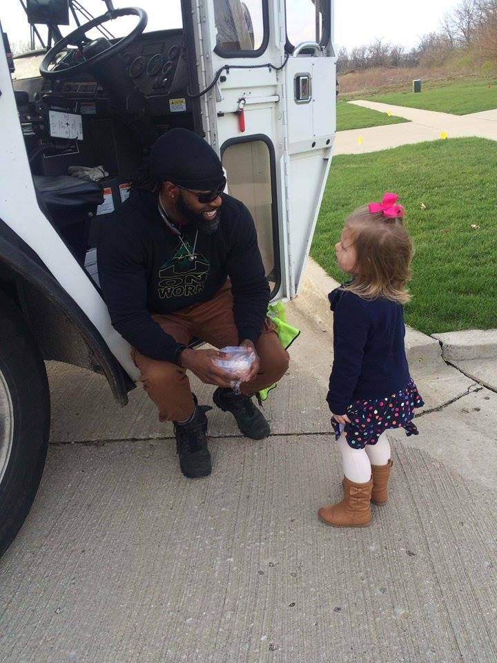 little_girl_meets_garbage_man_for_birthday_2